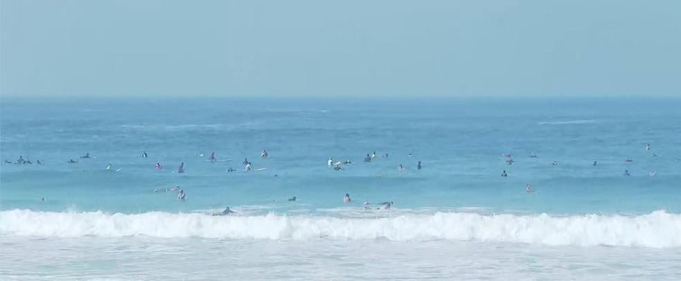 Surfistas se espalharam no mar da Zona Oeste do RIo — Foto: Reprodução/TV Globo
