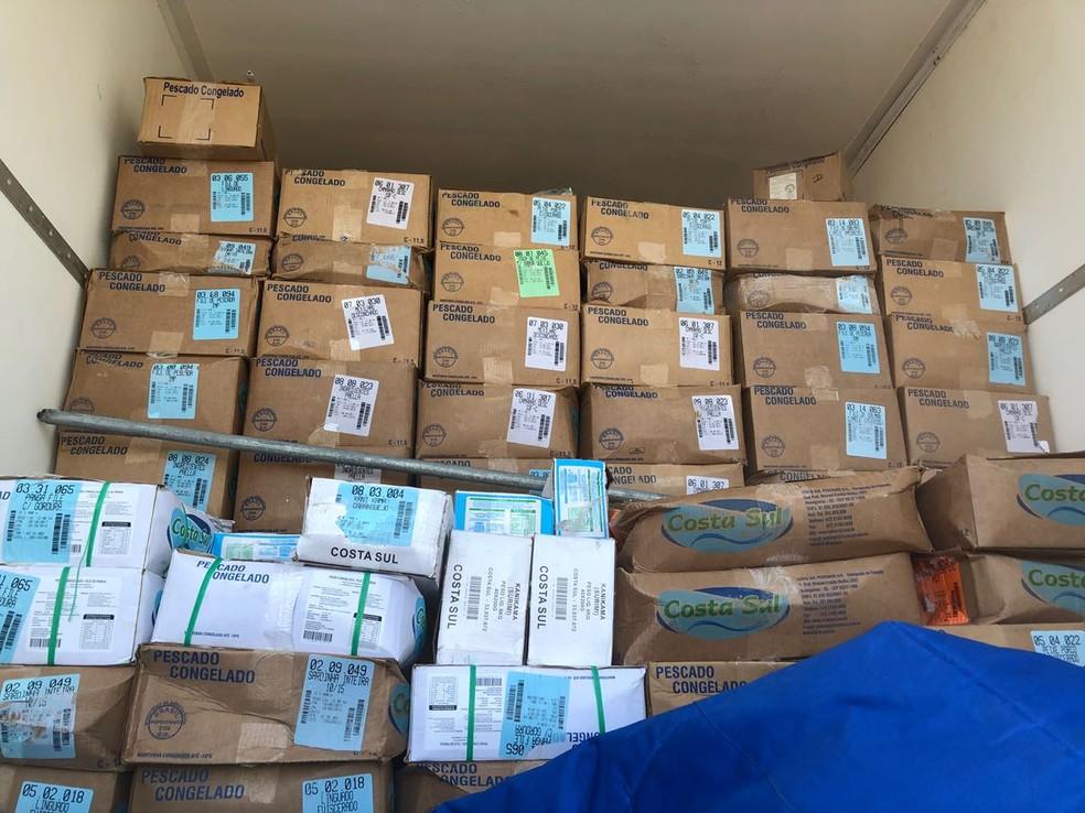 Cerca de 10 toneladas de camarão foram apreendidas pela Polícia Rodoviária (Foto: Jaqueline Frizon/TV Tem)
