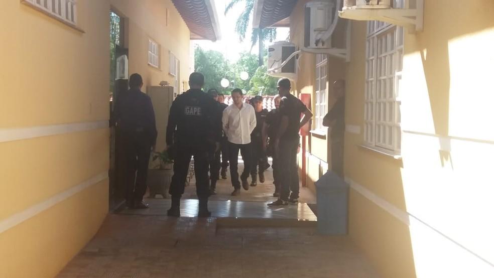 Diego de Sá entrando no tribunal do júri (Foto: Renato Barros/Rede Amazônica)