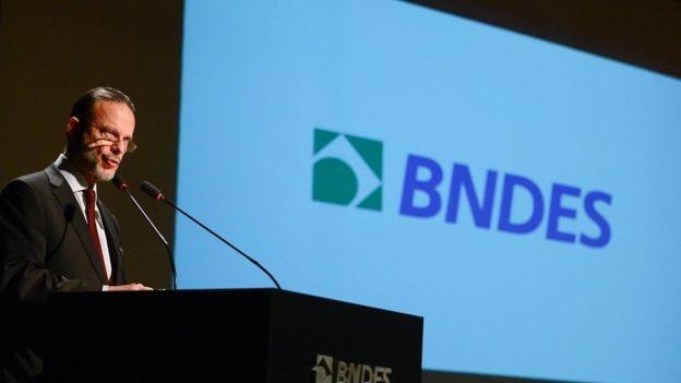 O ex-presidente do BNDES, Luciano Coutinho, discursa durante posse de Maria Silvia Bastos Marques, que dirigiu o banco de junho de 2016 a maio de 2017 (Foto: Agência Brasil via BBC News Brasil)
