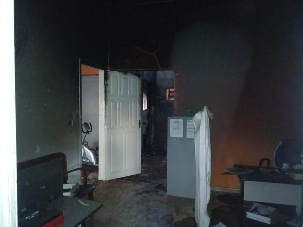 Incêndio atingiu sede da Secretaria de Saúde de Guarantã (SP) na madrugada desta segunda-feira (3) — Foto: Corpo de Bombeiros/ Divulgação