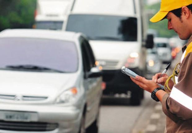 Fiscal de trânsito em São Paulo aplica multa (Foto: Detran)