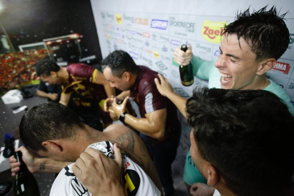 Jair Ventura leva banho de champanhe após permanência do Sport na Série A — Foto: Anderson Stevens / Sport Club do Recife
