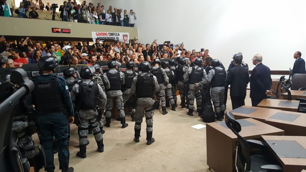Tropa de Choque no plenário da Assembleia Legislativa de MS (Foto: Ginez César/TV Morena)
