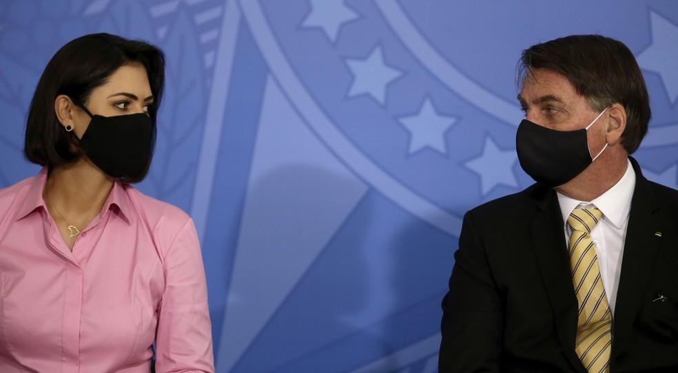 A primeira-dama, Michelle Bolsonaro e o presidente Jair Bolsonaro no último dia 15 de maio, durante evento de lançamento da Campanha de Conscientização e Enfrentamento à Violência Doméstica — Foto: Eraldo Peres/AP