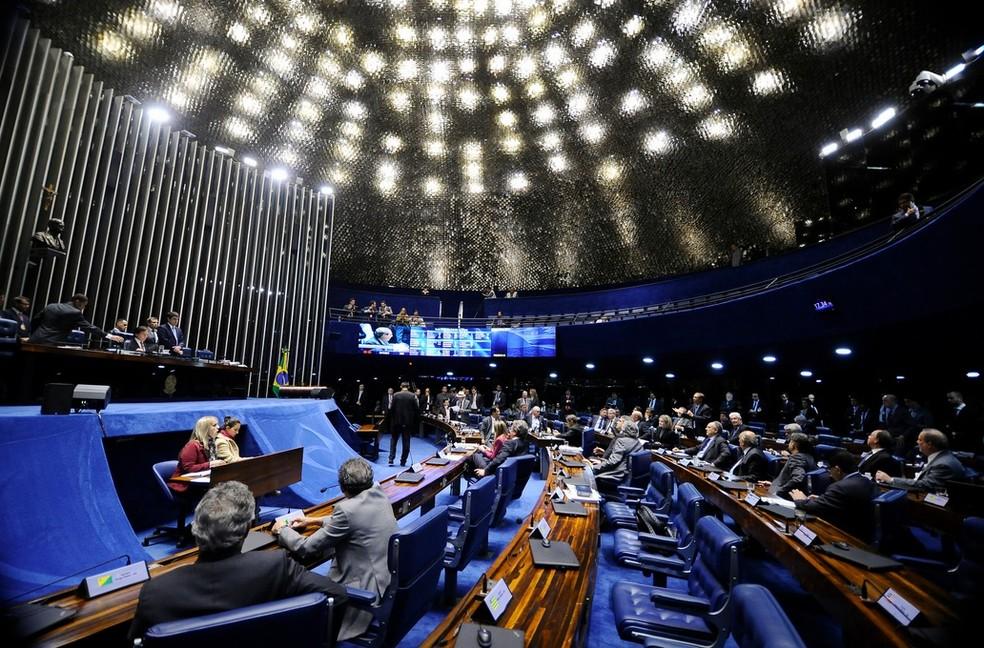 Senadores reunidos em plenário, durante a sessão desta terça, para discutir o afastamento de Aécio Neves (Foto: Marcos Oliveira/Agência Senado)