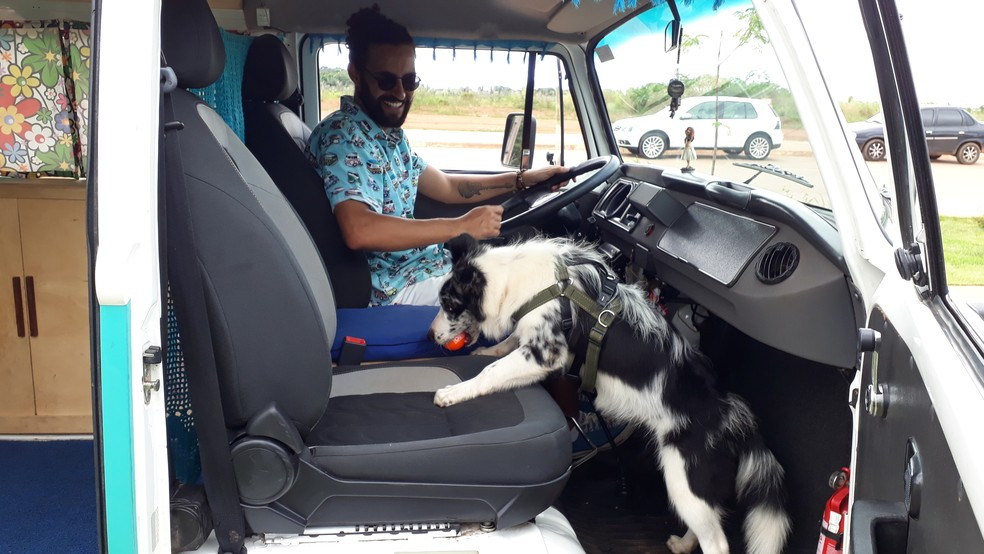 Cícero e a cadela Nina durante passagem por Porto Velho.  — Foto: Pedro Bentes/G1