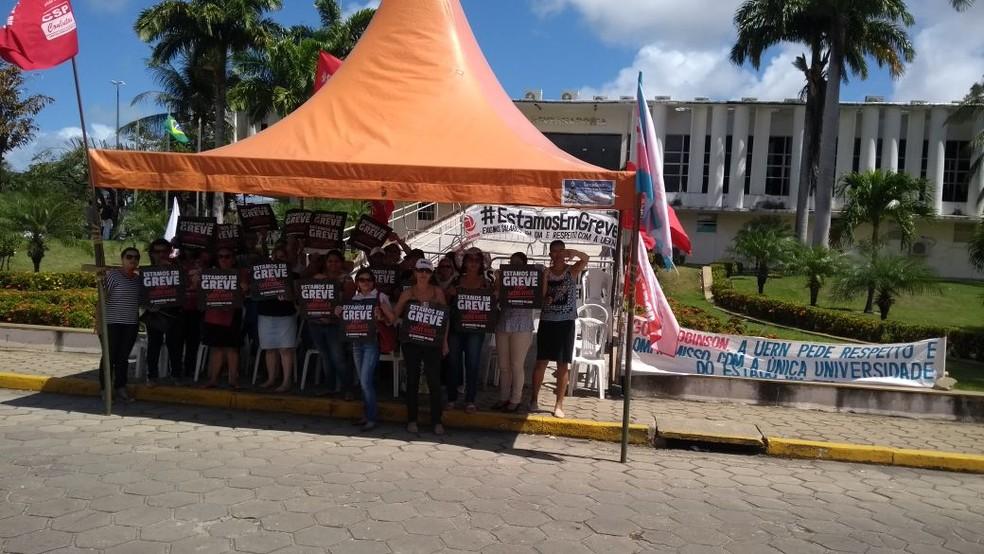 Grevistas fecham acesso à rampa da Governadoria, em Natal, durante manifestação nesta segunda-feira (13) (Foto: Divulgação/SindisaúdeRN)