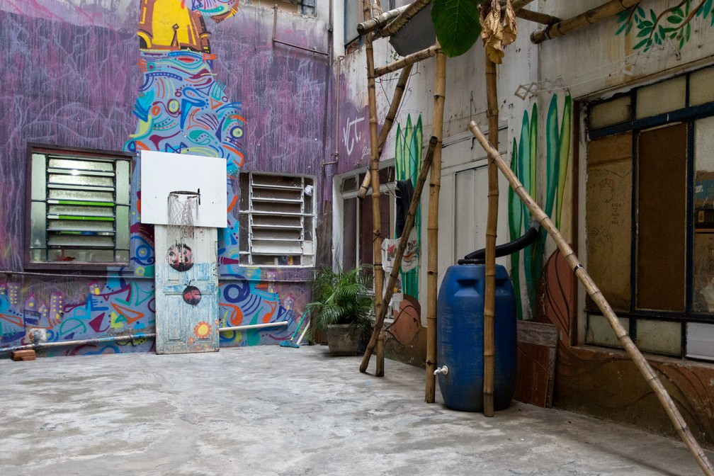 Pátio tem cesta de basquete e sistema de captação da água da chuva (Foto: Marcelo Brandt/G1)