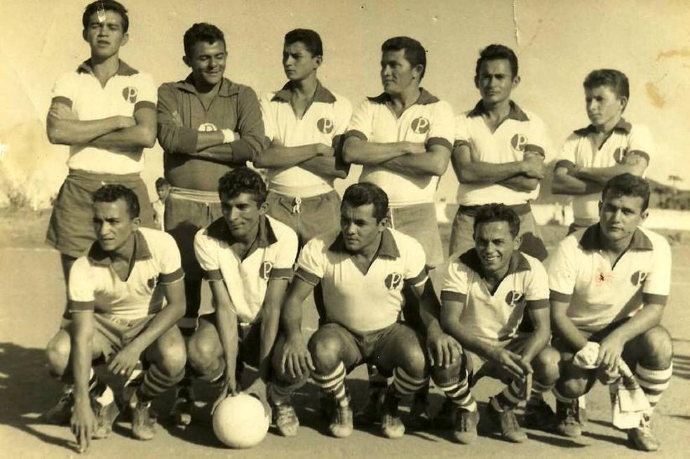Potiguar de Mossoró no final dos anos 60; Lupercio Luiz é o último agachado à direita (Foto: Reprodução)