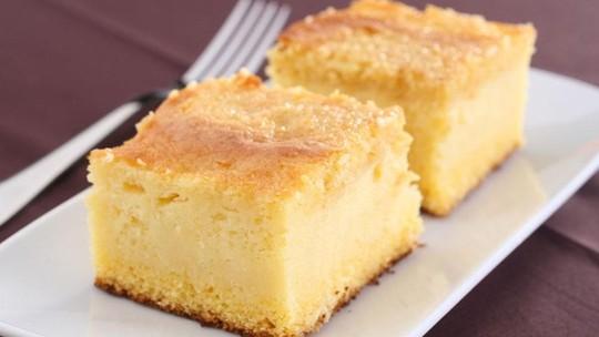 Veja como fazer um bolo de fubá cremoso