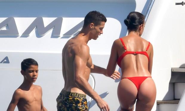 Cristiano Ronaldo e Georgina Rodriguez com primogênito (Foto: The Grosby Group)
