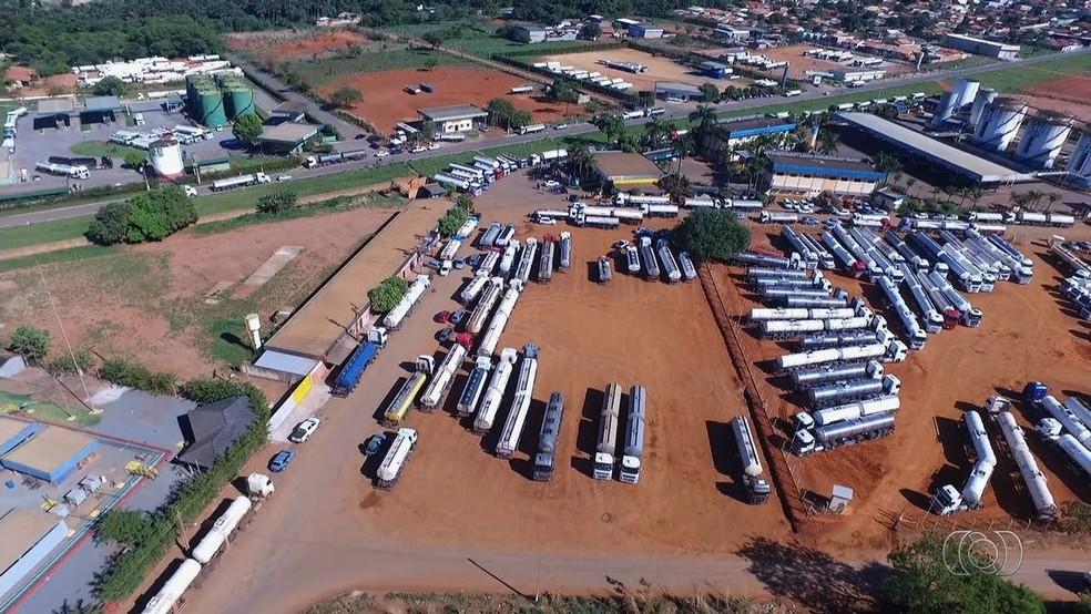 Protesto contra alta nos preços bloqueou distribuidores e gerou falta de combustíveis no interior de Goiás (Foto: TV Anhanguera/Reprodução)