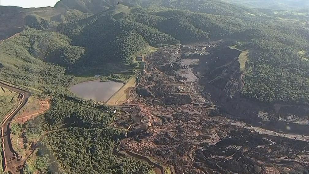 Imagem aérea mostra destruição em região afetada por rompimento de barragem na mineradora Vale — Foto: Reprodução/TV Globo
