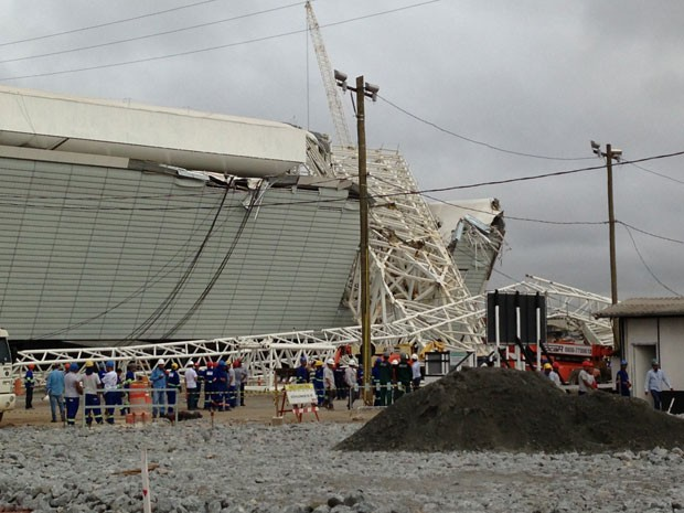 Funcionários observam local do acidente após retomar atividades nesta segunda (Foto: Letícia Macedo/ G1)