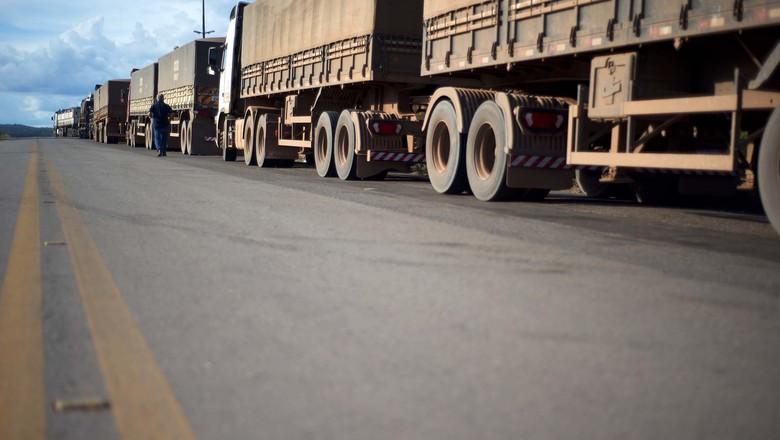 Fila de caminhões (Foto: Emiliano Capozoli/Ed.Globo)