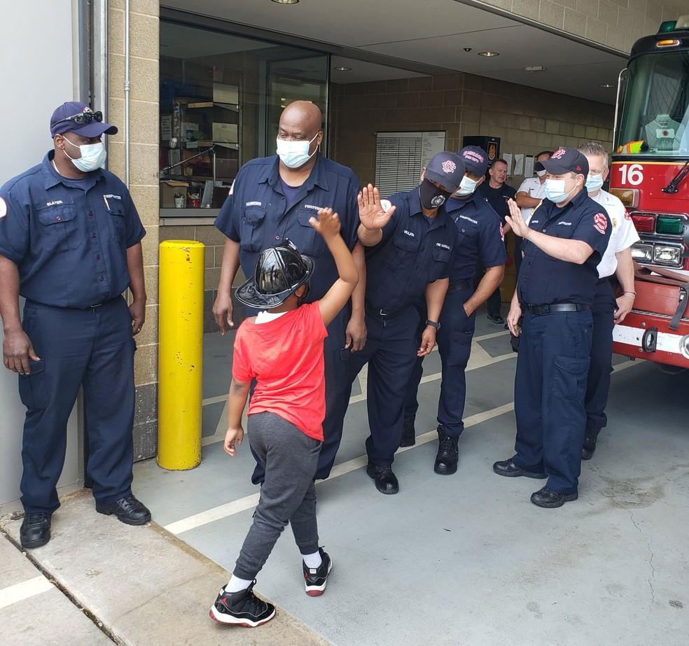 Daniel 'D.J.' Armani cumprimenta bombeiros durante sua visita em Chicago — Foto: Reprodução/Twitter/Chicago Fire Media