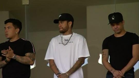 Ao lado de amigos, Neymar acompanha amistoso do Brasil em Portugal