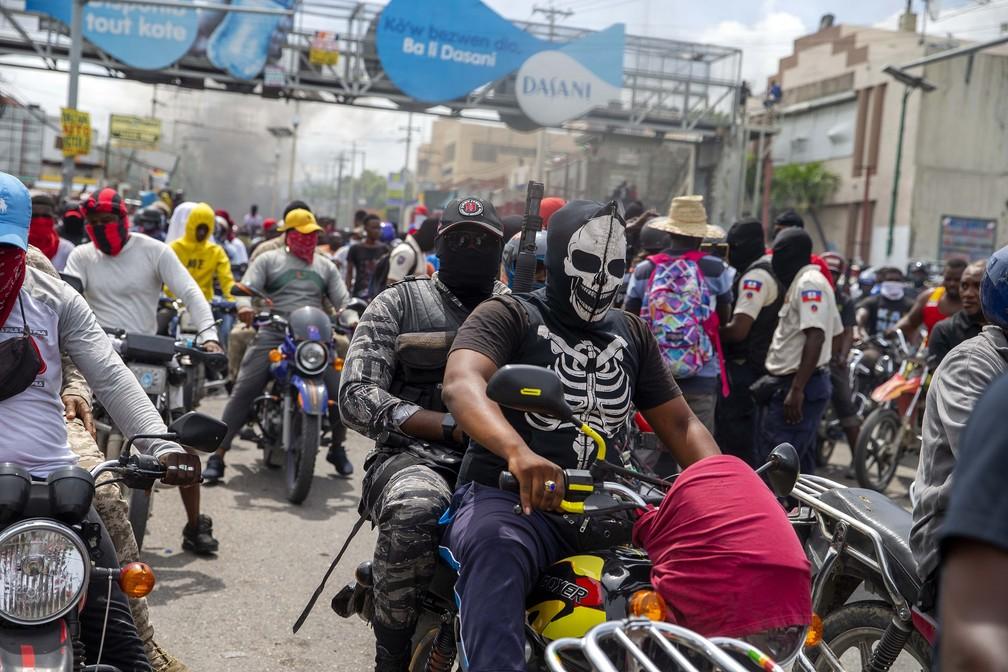 14 de setembro - Protesto de policias por melhores condições de trabalho e pela libertação de policiais presos em Porto Príncipe, Haiti — Foto: Dieu Nalio Chery/AP