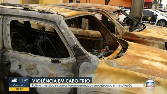 Polícia procura bandidos que queimaram carros na porta de delegacia em Cabo Frio
