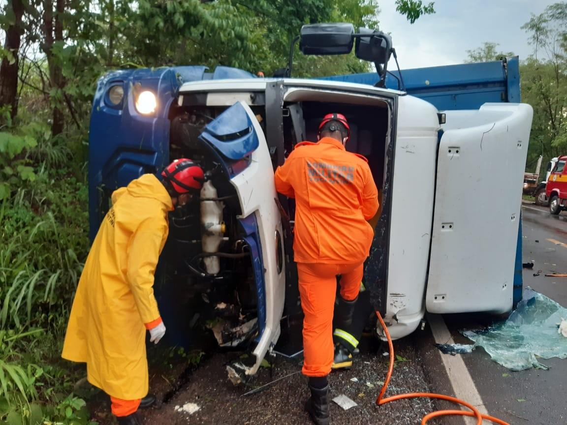 Motorista fica preso às ferragens de caminhão após acidente e é resgatado pelos Bombeiros