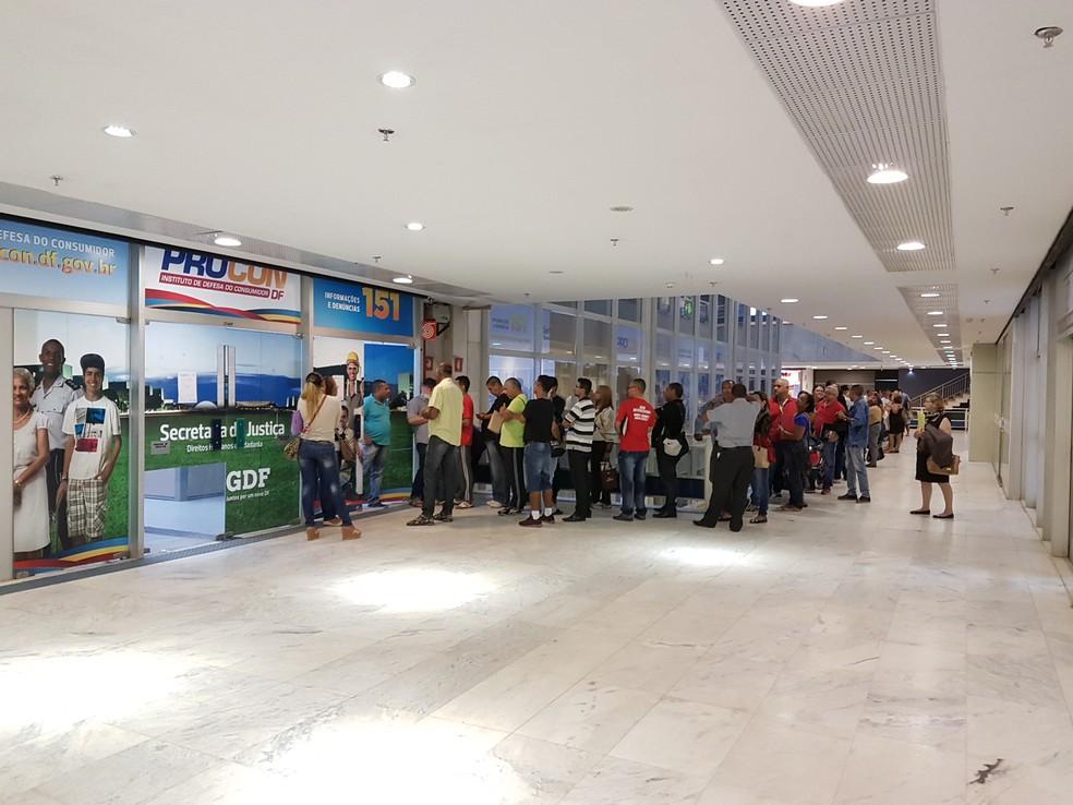 Clientes fazem fila na entrada do Procon-DF para conseguir senhas de atendimento (Foto: Banco de Brasília/Divulgação)