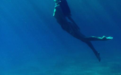 Candice Swanepoel faz foto no fundo do mar e é comparada com sereia