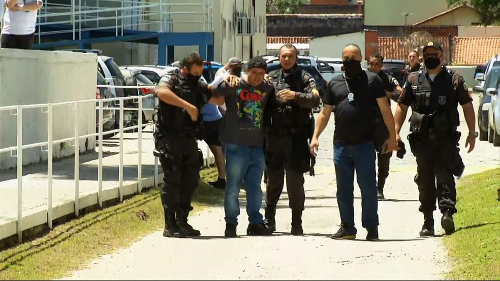 Momento em que o homem é imobilizado logo após atirar contra a namorada — Foto: Reprodução/TV Rio Sul