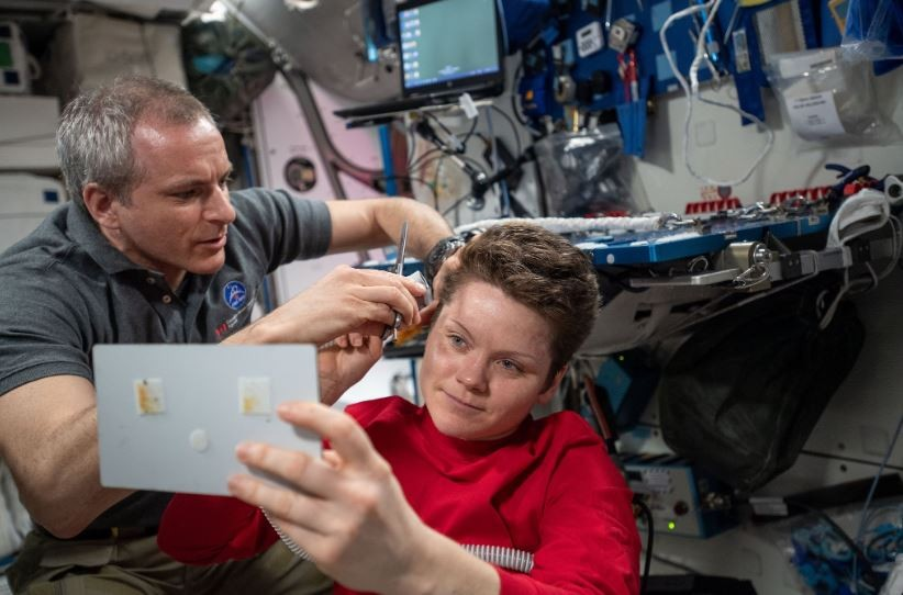 astronauta americana Anne McClain ganha novo corte de cabelo na ISS (Foto: NASA)