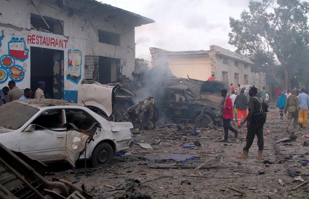 Escombros em rua de Mogadício que foi alvo de atentado da milícia radical Al-Shabaab (Foto: Feisal Omar/Reuters)