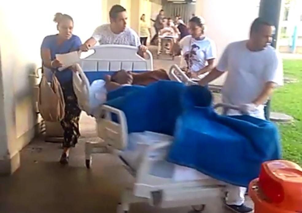 Pacientes são transferidos às pressas a outras alas do Lourenço Jorge — Foto: Reprodução/Redes sociais