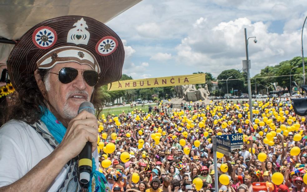 Alceu Valença comanda o desfile do bloco 'Bicho Maluco Beleza'  (Foto: Marco Ambrosio/Estadão Conteúdo)