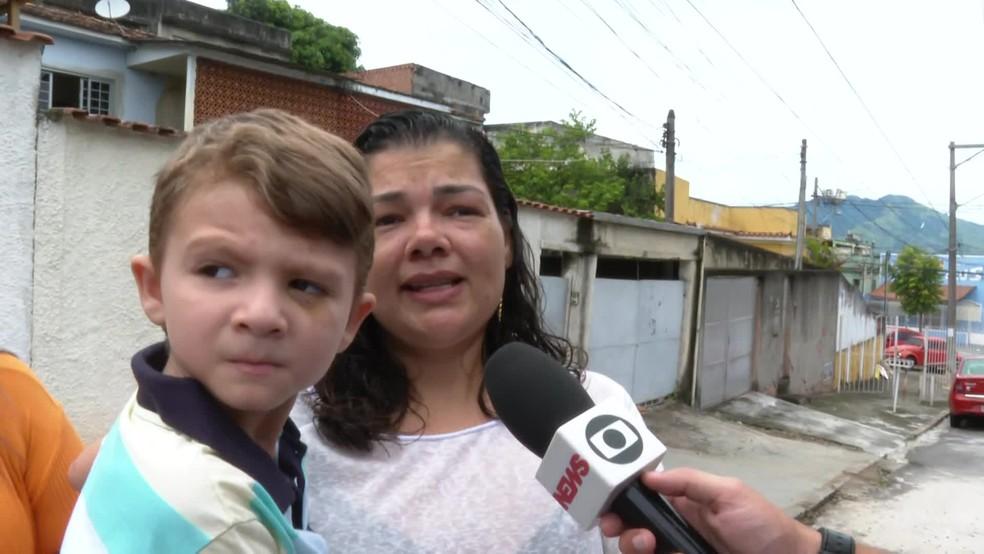 João Pedro, vítima do pitbull, no colo da mãe — Foto: Reprodução/TV Globo
