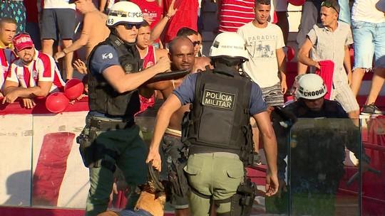 Confrontos entre policiais e torcida marcam final do Pernambucano; assista