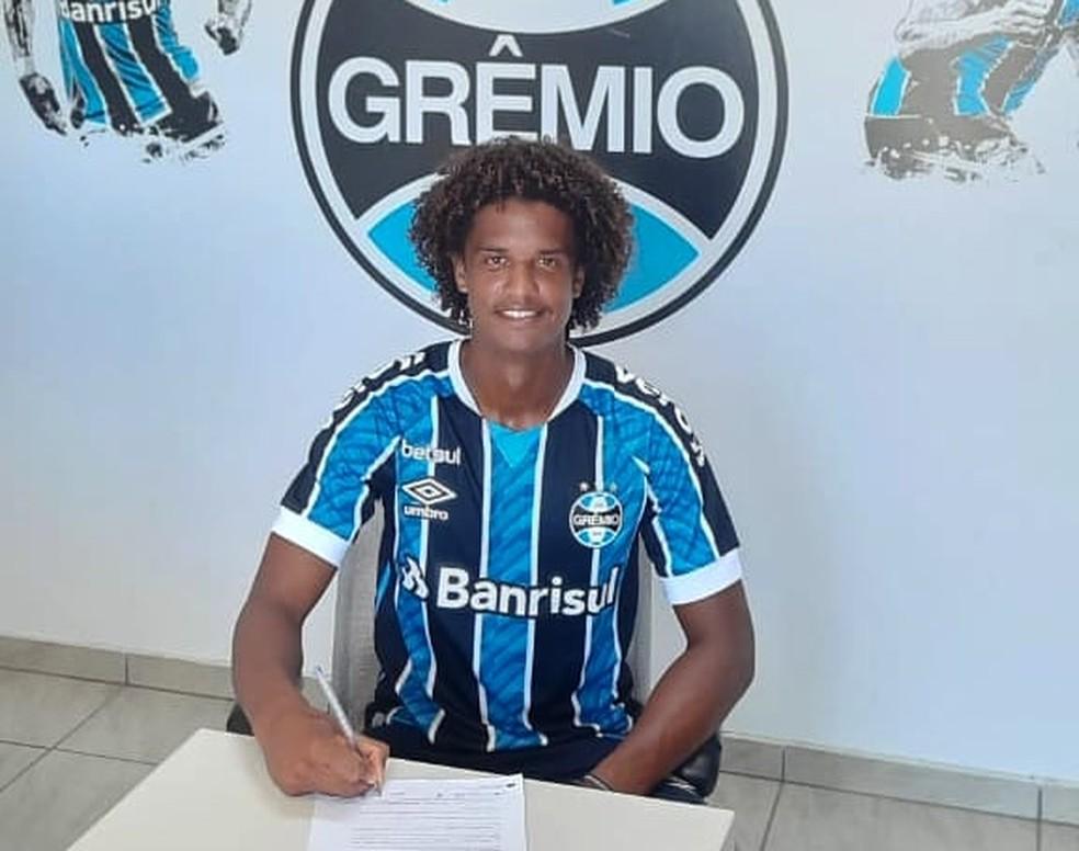 Carlos Maia assinou contrato de empréstimo com o Grêmio — Foto: Divulgação / Grêmio