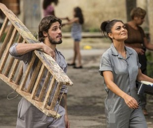Rafael (Daniel Rocha) e Carolina (Juliana Paes) na novela 'Totalmente demais' | TV Globo