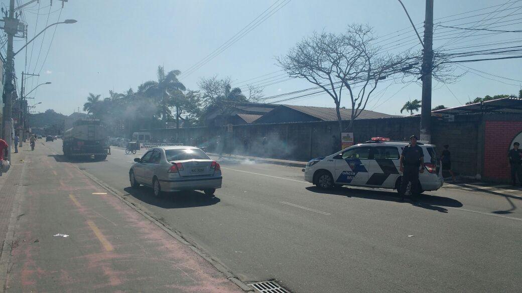 Grupo de perueiros protesta e fecha rodovia Carlos Lindenberg, em Vila Velha