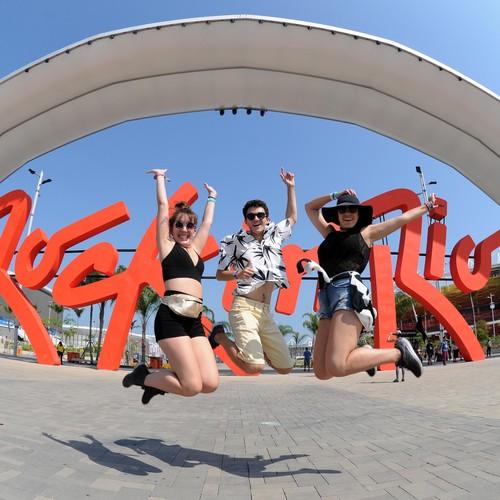 Público comemora entrada para o 2º dia de Rock in Rio 2017