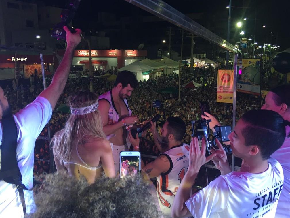 Thales pediu Éder em casamento em cima do trio de Claudia Leitte, em Salvador (Foto: Maiana Belo/ G1)