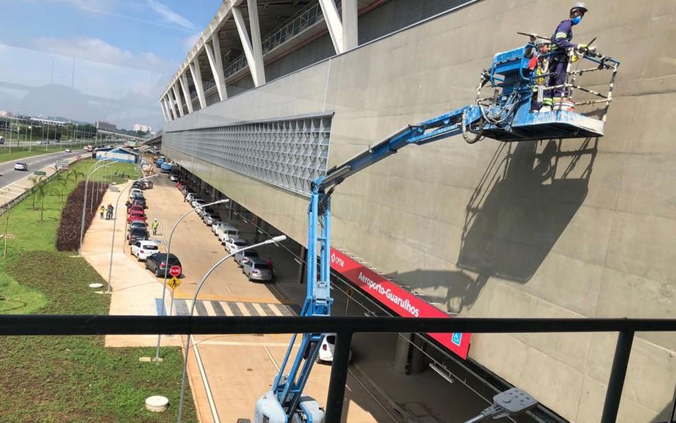 Operários fazem os últimos retoques na pintura da Estação Aeroporto-Guarulhos da CPTM (Foto: Kleber Tomaz/G1)