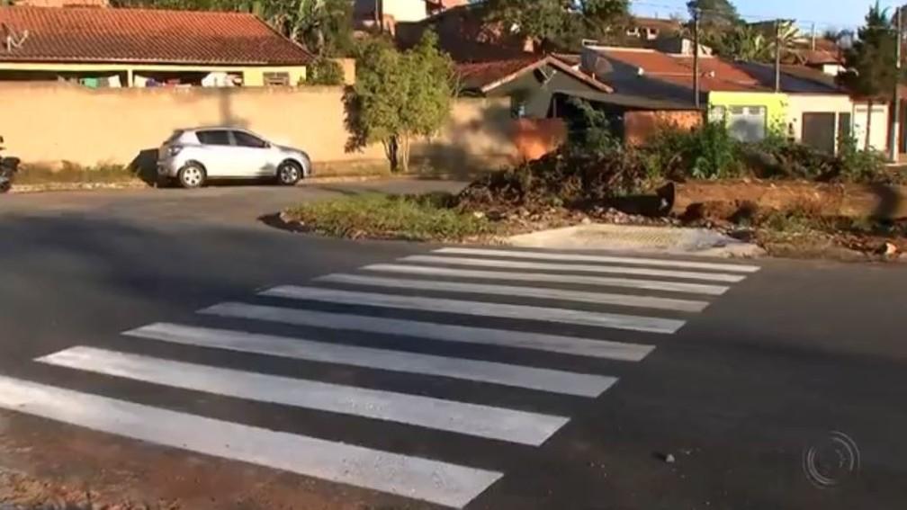 Faixas de pedestres levam a lugar nenhum em Capão Bonito (Foto: Reprodução/TV TEM)