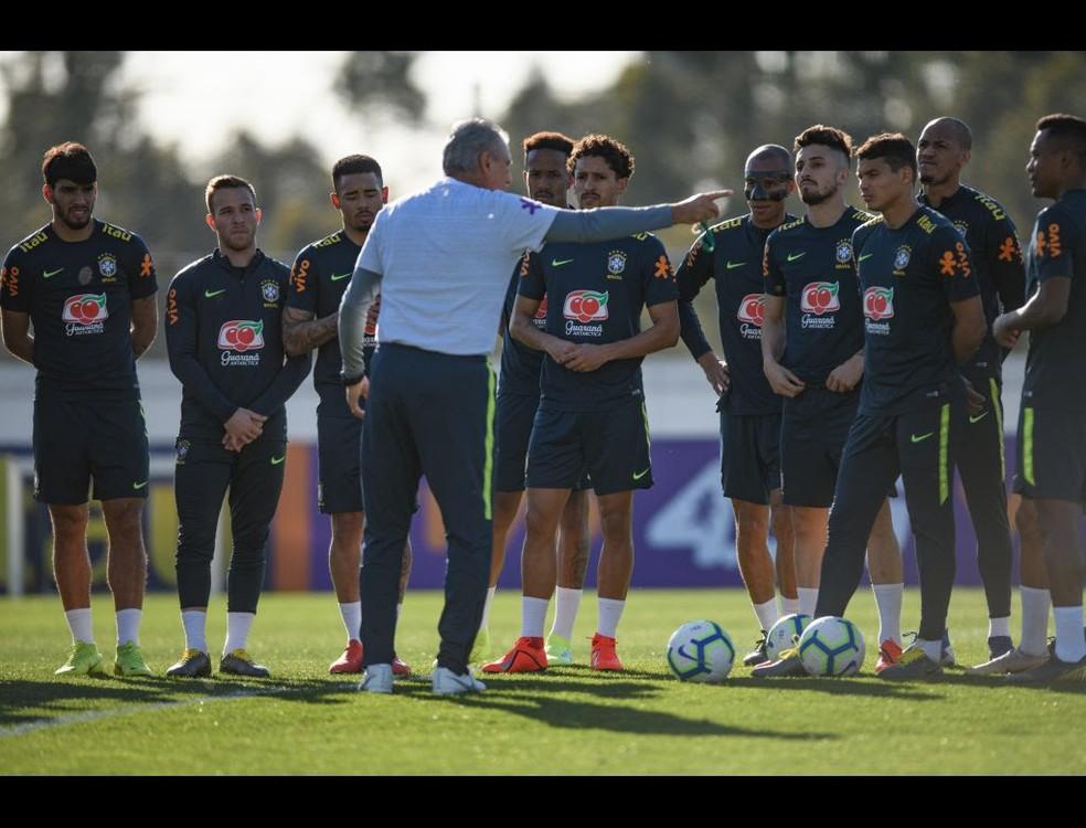 Jogadores da seleção brasileira com Tite durante treino em Portugal — Foto: Pedro Martins / MoWA Press