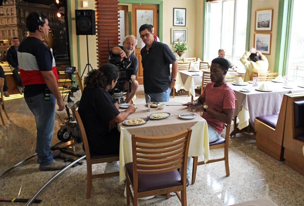 O câmera Corado e o diretor Marcelo Zambelli acertam os últimos detalhes antes de começar a gravar com Enzo Romani e Maicon Rodrigues (Foto: TV Globo)