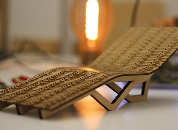 O protótipo de cadeira em miniatura é criação dos alunos do Istituto Europeo di Design após o workshop de projetos na cortadora a laser, feito no Garagem Fab Lab (Foto: Divulgação)