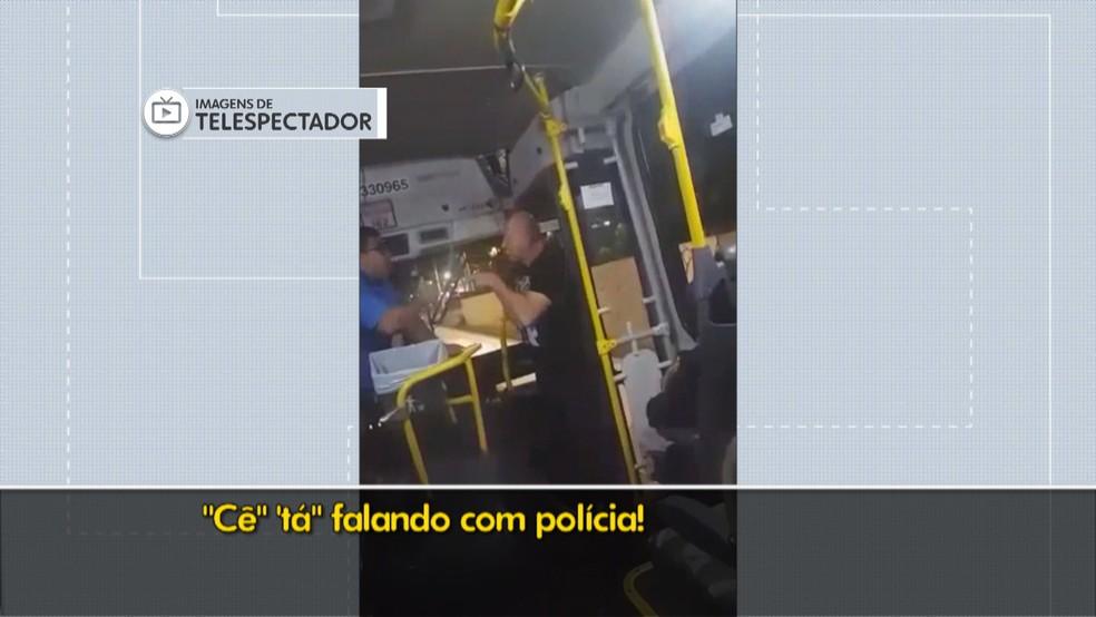 Policial ameaça motorista, cobrador e passageiros de ônibus no DF (Foto: TV Globo/Reprodução)