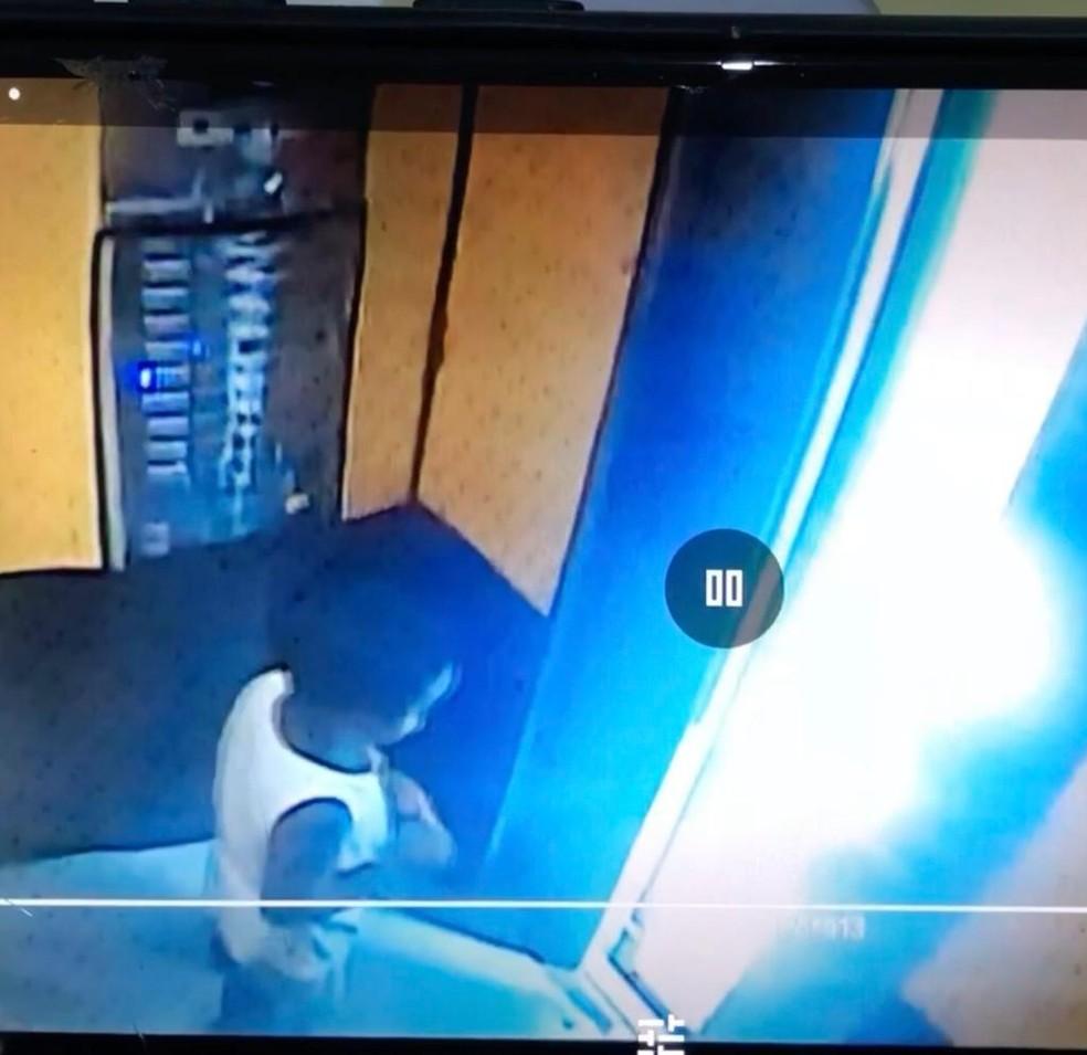 Miguel Otávio foi deixado sozinho dentro de elevador, antes de cair do 9º andar — Foto: Reprodução/WhatsApp