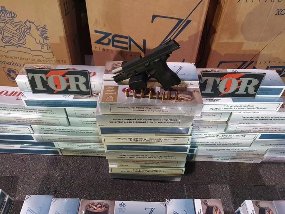 Polícia Militar do DF apreende 5.500 carteiras de cigarro contrabandeadas do Paraguai e uma pistola calibre 380 — Foto: Polícia Militar-DF/Divulgação