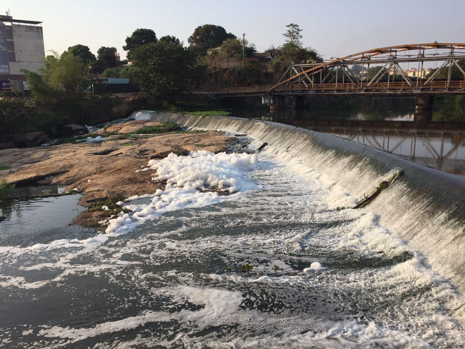 Espuma branca e densa cobre parte da superfície da água no Rio Itapecerica em Divinópolis
