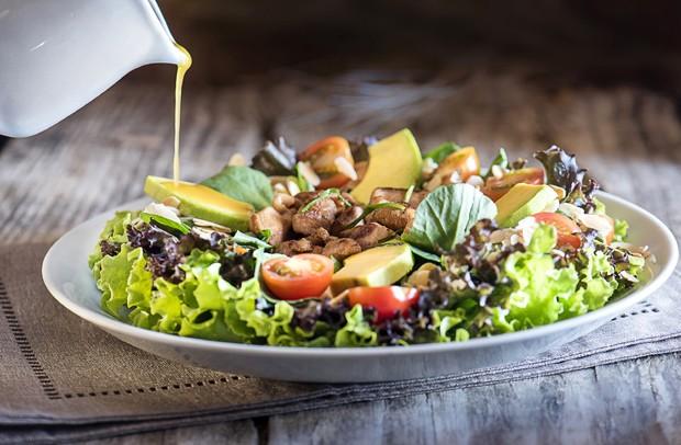 Receita-de-salada-verde-alface-rucula-e-frango-com-abacate-2 (Foto: Ligia Skowronski / Divulgação)