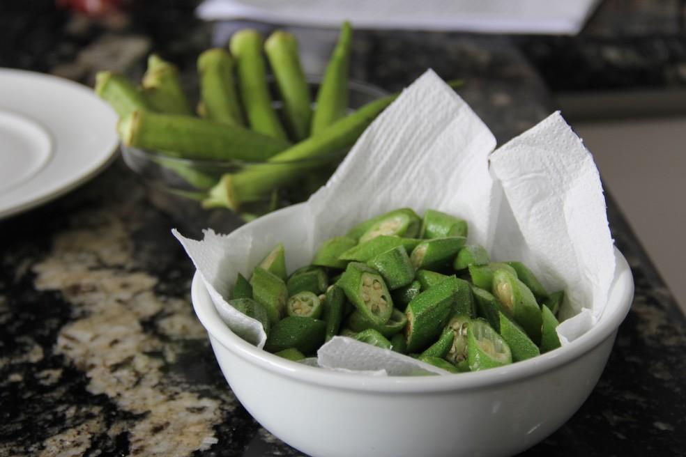 Segundo a chef, o ideal é secar o quiabo antes de cortá-lo — Foto: Paula Parames